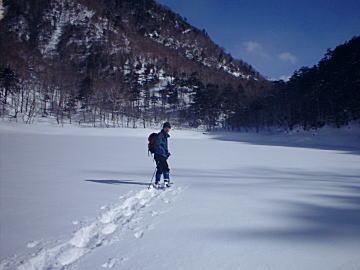写真:刈込湖の雪原にトレースをつける