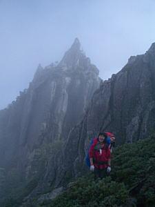 鋭い花崗岩の岩峰群に囲まれて