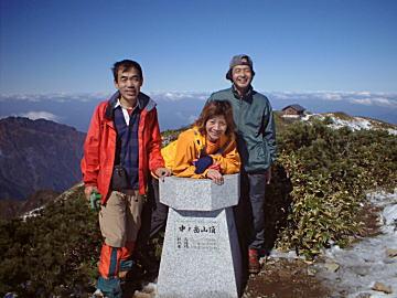中ノ岳山頂にて(左手奥は八海山、右手奥は中ノ岳避難小屋