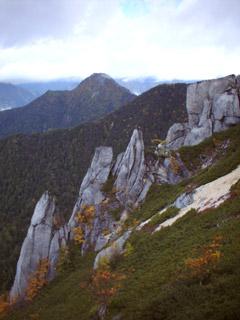 紅葉に彩られた岩稜